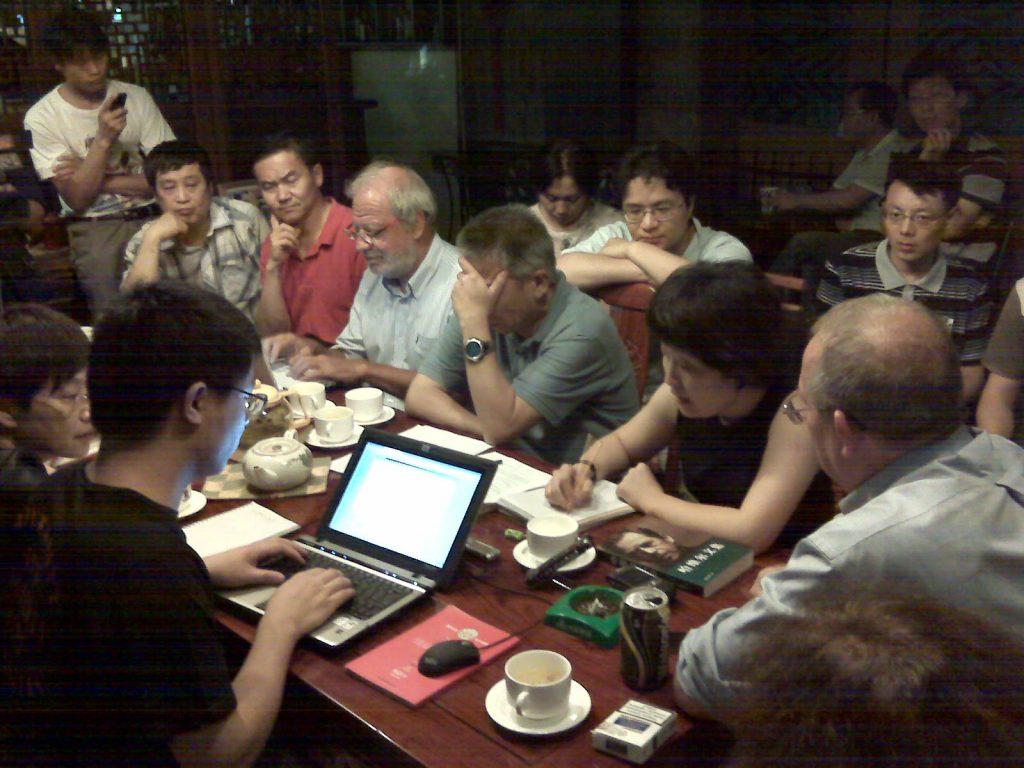 2010年7月10日《通往公民社会》一书作者亚当•米奇尼克(Adam Michnik)和法国汉学家白夏教授在北京与当地知识分子交流