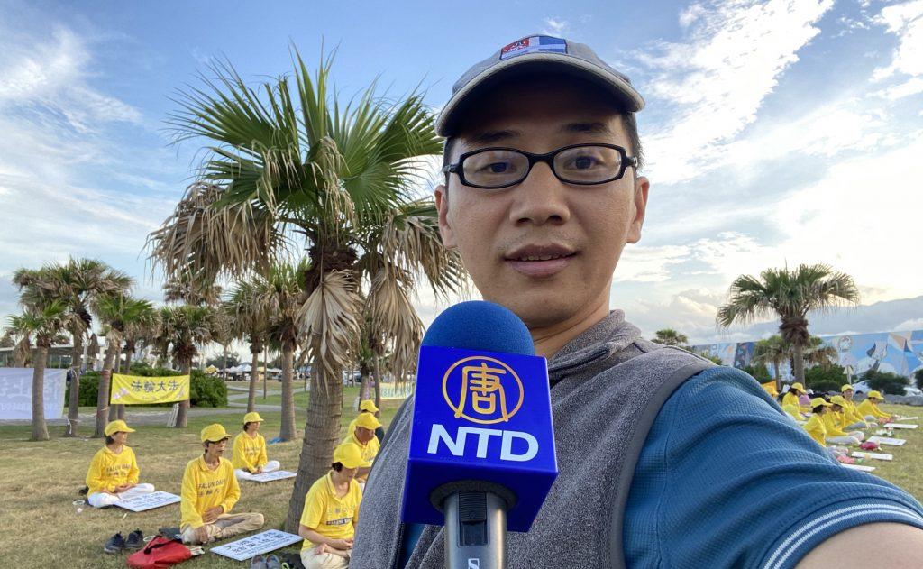 花蓮市的七星潭廣場,佐拉与新唐人电视台的话筒自拍合影